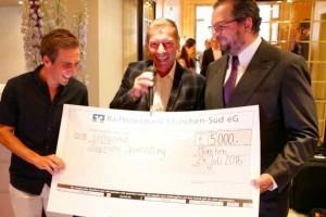vlnr: Philipp Lahm, Medienbotschafter der Bayerischen Sportstiftung Markus Othmer und Veranstalter Carl Geisel