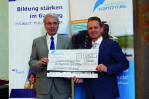 Günther Lommer (Präsident des Bayerischen-Landessportverbandes) übernimmt als Vorstandsmitglied der Bayerischen Sportstiftung den Scheck in der Höhe von € 250,- von Spender Tobias Barnerssoi